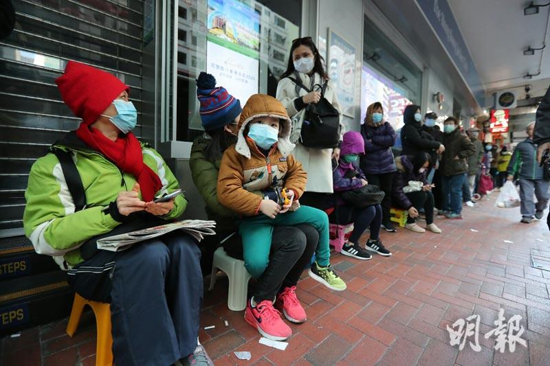【武漢肺炎】多區屈臣氏清晨現人龍 每分店售20盒口罩數百人搶購