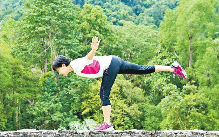 閉眼單腳企9秒 媲美年輕人 挑戰平衡力 做個不倒翁