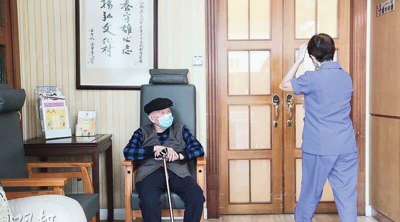 【新冠肺炎】第三波新冠病毒疫情 逾36%患者為65歲以上長者 張竹君:籲老人未來一兩周勿外出