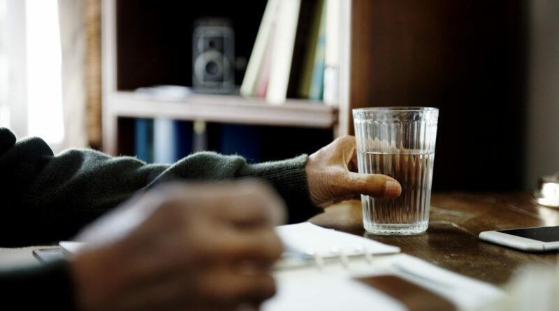 【Young Old 健康】長者日飲8杯水太多致水腫? 飲水太少會脫水、便秘?解開老友記飲水迷思