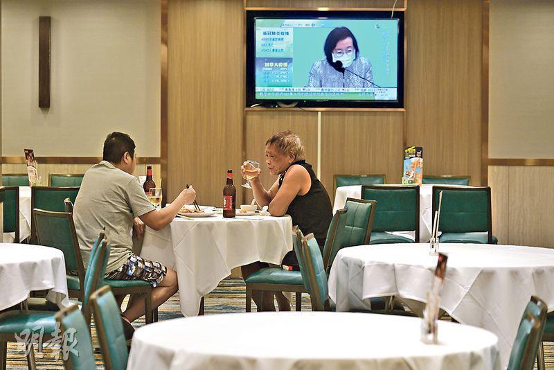 【新冠肺炎】全民檢測延長3日 可即場檢測  放寬限聚令堂食增至4人 許樹昌:酒吧風險高不宜開放