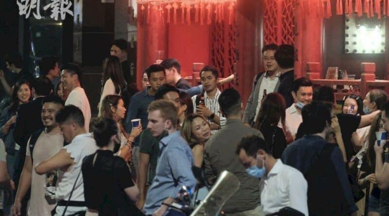 新冠肺炎丨袁國勇:食肆酒吧街市院舍教會易有超級傳播 室內、交通工具鮮風量不足 料口罩難阻病毒