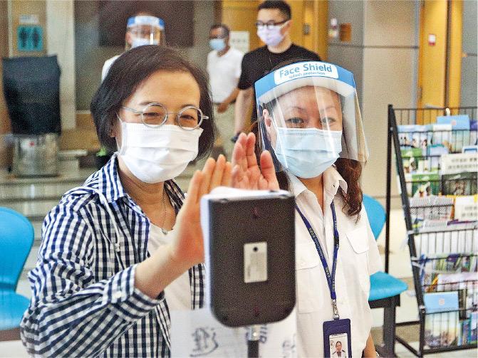 新冠肺炎丨記者實測探熱方法 手探額探耳探結果差異可達0.9 醫生:手探易走漏發燒病人 新冠肺炎第四波疫情較第三波嚴重
