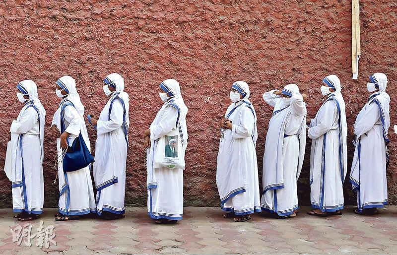 印度變種病毒續肆虐 每小時逾1.5萬人確診 累計逾20萬人病逝 新冠疫苗接種率僅8%(解構印度疫情失控3大因素)