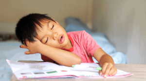 經常用口呼吸的兒童,除了影響面顎發育外,更有機會因細菌循喉嚨入侵令扁桃腺腫脹等,因此必須小心處理。