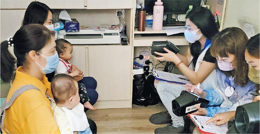 香港兒童視力篩查及教育中心(VSEC)為全港2至5歲幼童免費在校檢查視力,檢測員(右)會直接到訪幼兒中心及幼稚園,以視力篩查儀為幼童檢查雙眼協調及評估屈光問題。(VSEC提供)