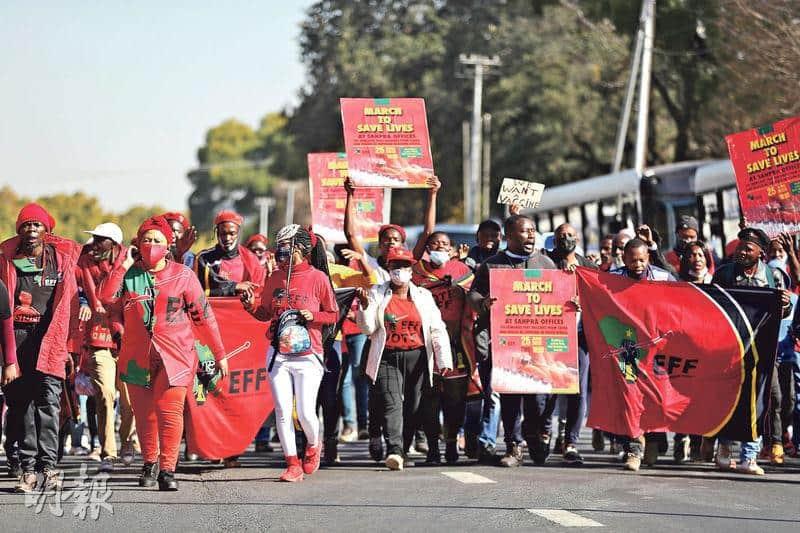 南非政黨「經濟自由鬥士」的支持者上周五(25日)在南非普勒托利亞舉行示威集會,要求當局盡快批准中國和俄羅斯的新冠疫苗在南非使用。(路透社)