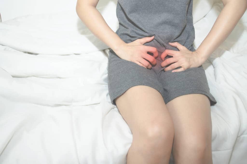 子宮頸癌最常見徵狀是不正常陰道出血,若未停經的女士出現經期與經期之間流血,而且經期流量較平常多,便要多加留意和及早求診。