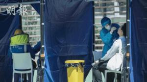 市民在東涌北公園七人硬地足球場的流動採樣站接受檢測。(馮凱鍵攝,明報資料圖片)