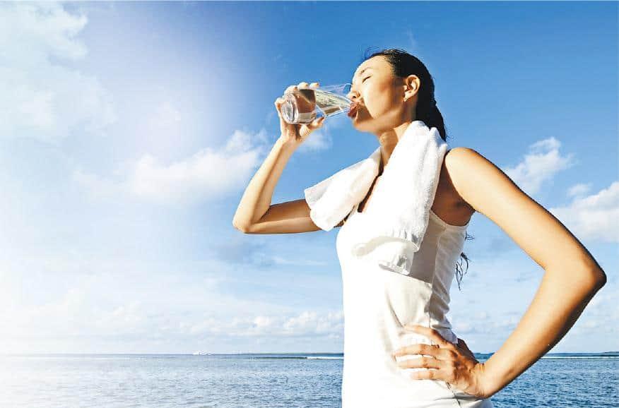 低血鈉症——運動多於1小時的人,如行山、長跑等,若不停大量飲水,有可能出現水中毒,在臨牀上稱為「低血鈉症」。(PhotoTalk@iStockphoto)