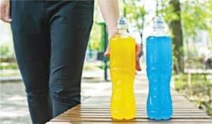 補水攻略——運動前2小時,先飲500毫升水分打底,最好選擇運動飲品,因為此類飲品包含礦物質和碳水化合物,都是運動時流失的物質。(Natalia Semenova@iStockphoto)