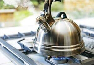 勿飲翻煲水——醫生不建議飲翻煲水,因為翻煲水會增加雜質濃度。(Bill Oxford@iStockphoto)