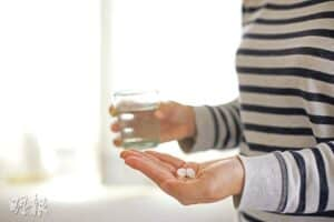 弄巧反拙 —— 不少人擔心打針後有免疫反應,先服藥「打底」;惟醫生提醒,此舉未必可準確配合免疫反應出現時間,再次服藥或會令體內藥物劑量過多。(資料圖片)