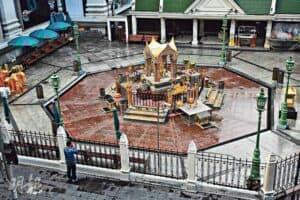 泰國當局為控疫,周一展開進一步封城措施,其中曼谷四面佛四周顯得格外冷清。(法新社)