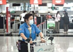 由於機場近期有兩宗確診,懷疑存在隱形傳播鏈,所有於6月20日至7月10日期間在機場工作的人員須強制檢測,料涉7萬至8萬名人員。圖為機場一名女工。(馮凱鍵攝)