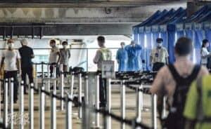 因機場接連有人員確診,港府昨日起在機場一號客運大樓第6層過渡區(北)設立流動採樣站(圖),為須接受強制檢測的機場員工服務,當局料多達7萬至8萬名員工需要檢測。(馮凱鍵攝)