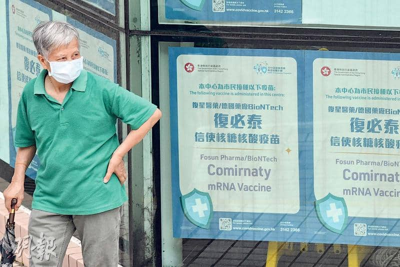 政府24間疫苗接種中心明天起會向70歲或以上的長者派發「即日籌」,每日合共4600個,先到先得。圖為何文田體育館疫苗接種中心。(劉焌陶攝)