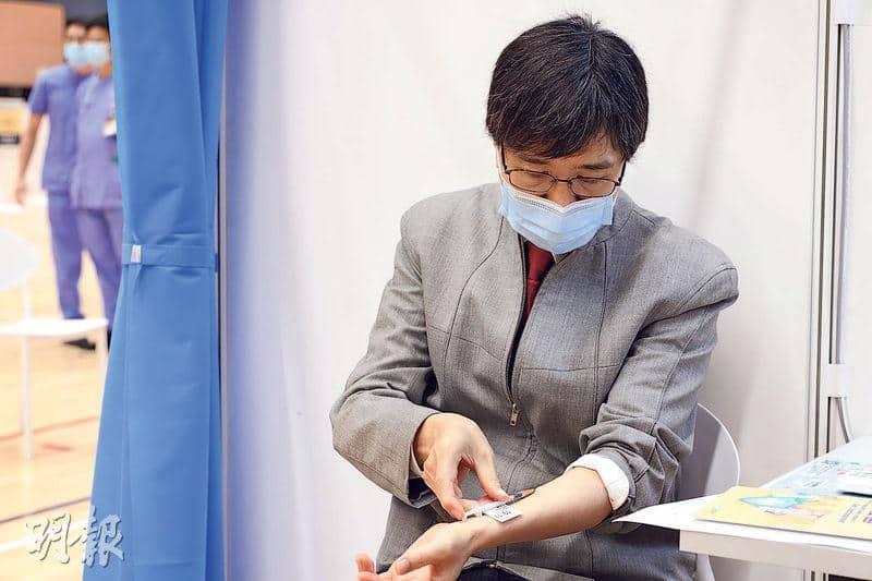 本港現採用肌肉注射的方法為市民接種新冠疫苗,香港大學會研究為免疫系統弱的病人打第三劑加強針,並會研究採皮內注射對比肌肉注射的成效。港大微生物學系講座教授袁國勇3月以皮內注射為自己接種復必泰,他大半個月後表示,其抗體水平高過肌肉注射的同事。(資料圖片)