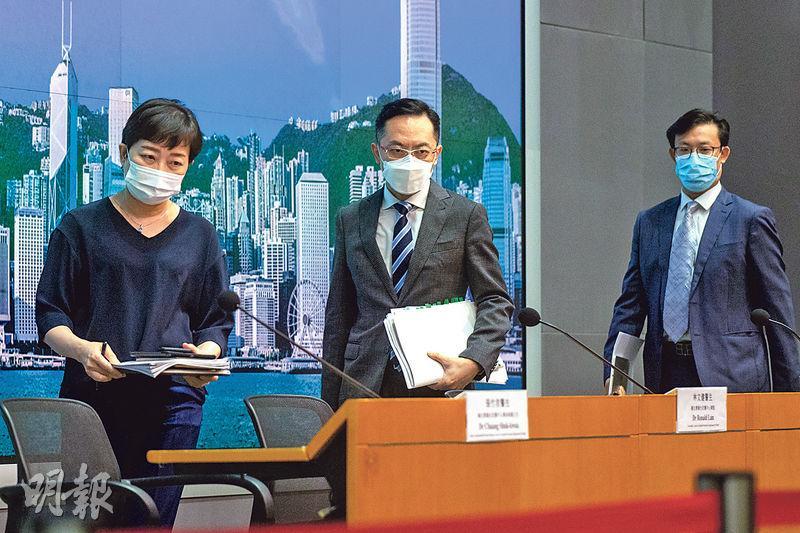 衛生防護中心總監林文健(中)昨表示,Delta變種病毒正在全球擴散,周邊對香港社區感染的風險迫在眉睫,籲市民盡快接種疫苗。左及右分別為衛生防護中心傳染病處主任張竹君及醫管局總行政經理(綜合臨牀服務)李立業。(林靄怡攝)