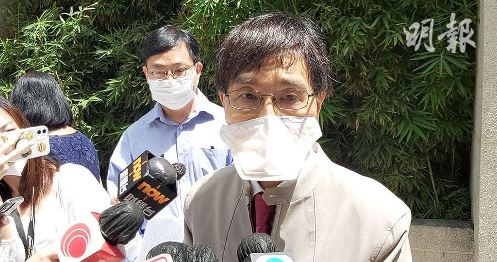 香港大學微生物學系講座教授袁國勇(前)與衛生防護中心傳染病處首席醫生歐家榮(後)到灣仔帝盛酒店視察。(林智傑攝)