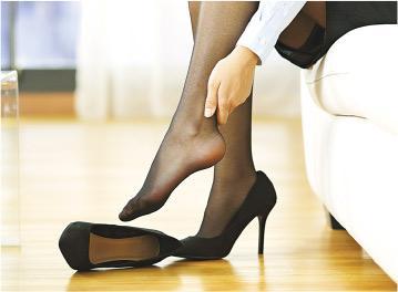 後患無窮——穿上高跟鞋,腳前掌受壓,長遠會導致大腳趾外翻、趾間神經炎,引起足部疼痛,影響步行及站立。(AntonioGuillem@iStockphoto)