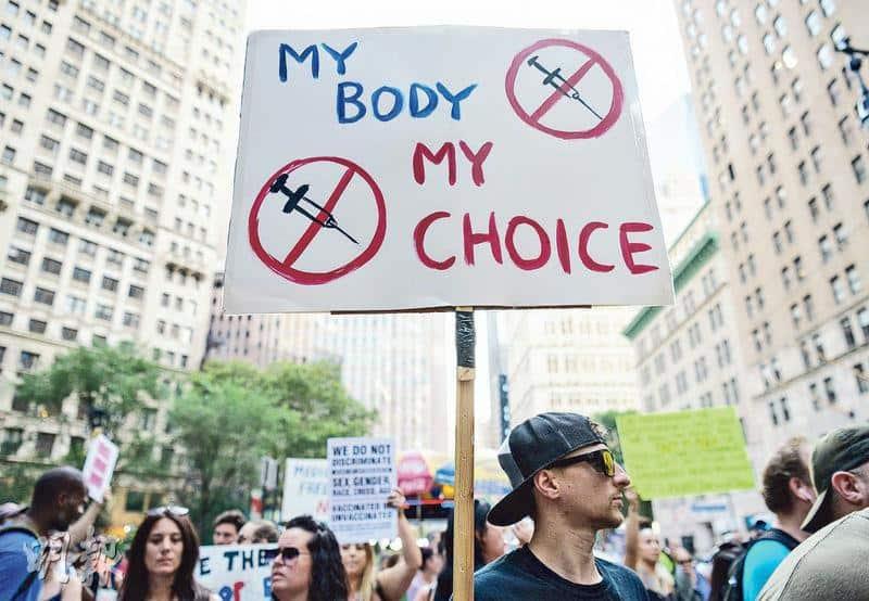 美國反對接種疫苗人士周三在紐約市政府外示威。接種新冠疫苗後出現罕見血栓、血小板水平偏低等現象的報告,曾助長反疫苗聲浪,但英國最新研究反映,接種第一劑後出現這類身體狀况的比率,遠低於新冠確診者,意味疫苗的好處勝於弊端。(法新社)