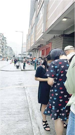 澳門居民何小姐表示,昨日不少人都根據各站排隊人數決定到何處採樣,她昨午到沙梨頭活動中心採樣站約輪候30分鐘完成檢測。(受訪者提供)