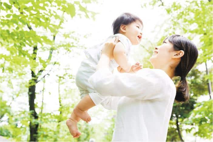 媽媽易中招——媽媽經常抱起嬰孩,托住嬰孩時若過度使用大拇指及手腕,可導致勞損,較易患上「媽媽手」。(itakayuki@iStockphoto)