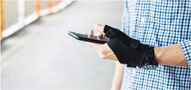 護腕承托——患者大拇指和手腕會因痛楚而乏力,護腕可減少活動和增加休息時間。(Panuwat Dangsungnoen@iStockphoto)