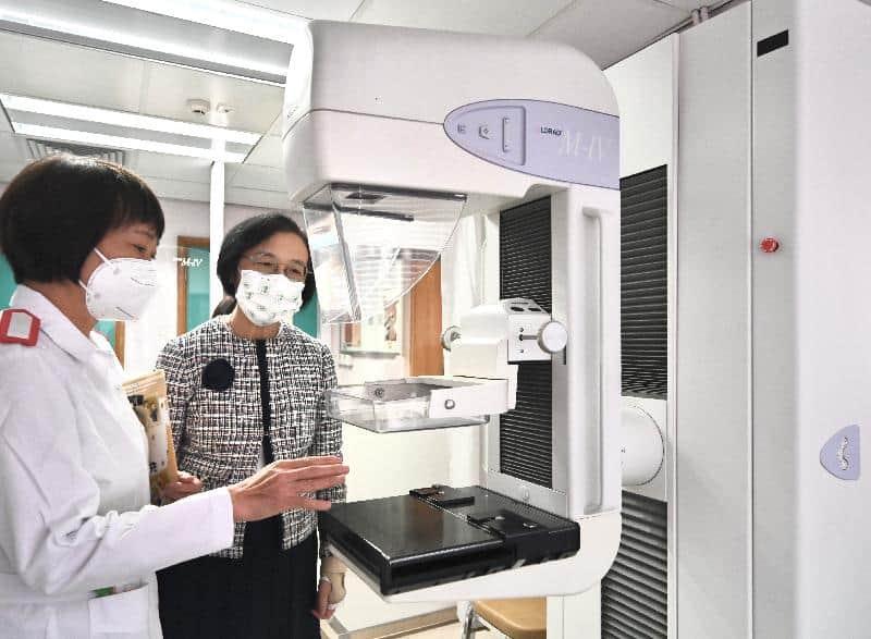 乳癌篩查先導計劃將於9月6日正式展開。圖為食物及衞生局局長陳肇始教授(右)早前到訪衞生署轄下的藍田婦女健康中心。(政府圖片)