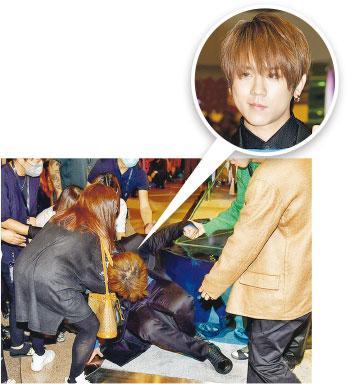 姜濤暈倒——歌手姜濤早前在宣傳活動中暈倒,需別人攙扶離場。(資料圖片)