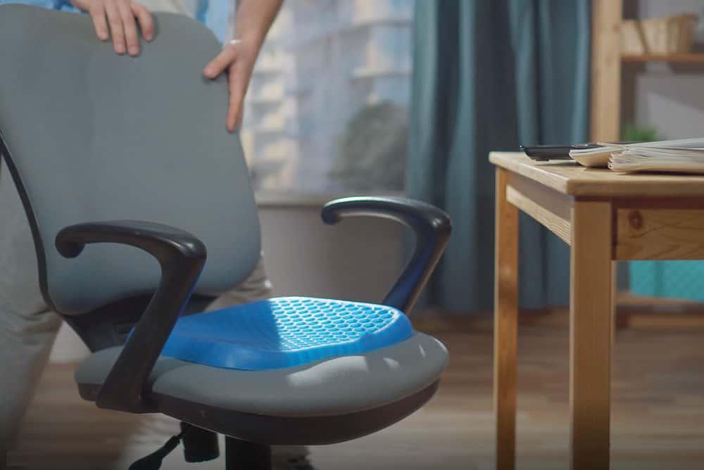坊間有不少種類的座墊、背墊,應如何選擇適合自己又能達至保護腰背或糾正坐姿等功能呢?
