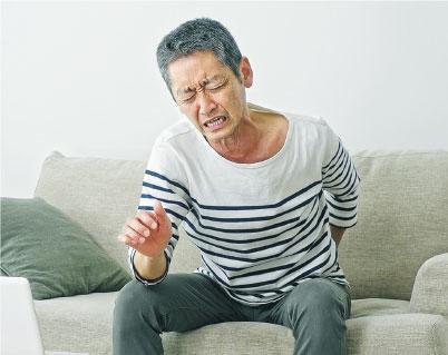 生蛇疼痛——年老體弱患者,生蛇疼痛較為劇烈,疼痛範圍可擴大到皮疹以外。(設計圖片,metamorworks@iStockphoto)